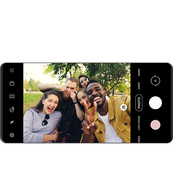 一個顯示人們在寬自拍模式下一起拍照的相機屏幕與 Bixby 的 Galaxy 控制功能。