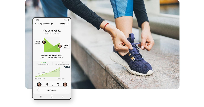 一個女人綁她的鞋帶, 準備跑步. 左側的 GUI 畫面顯示 Samsung Health 應用程式中的全球挑戰追蹤器。