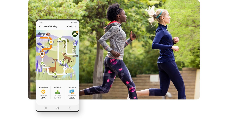 """兩個女人跑步 Samsung Health 應用程式中的 GUI 畫面顯示 """"一起運動"""" 功能,與其他使用者比較運動記錄。"""