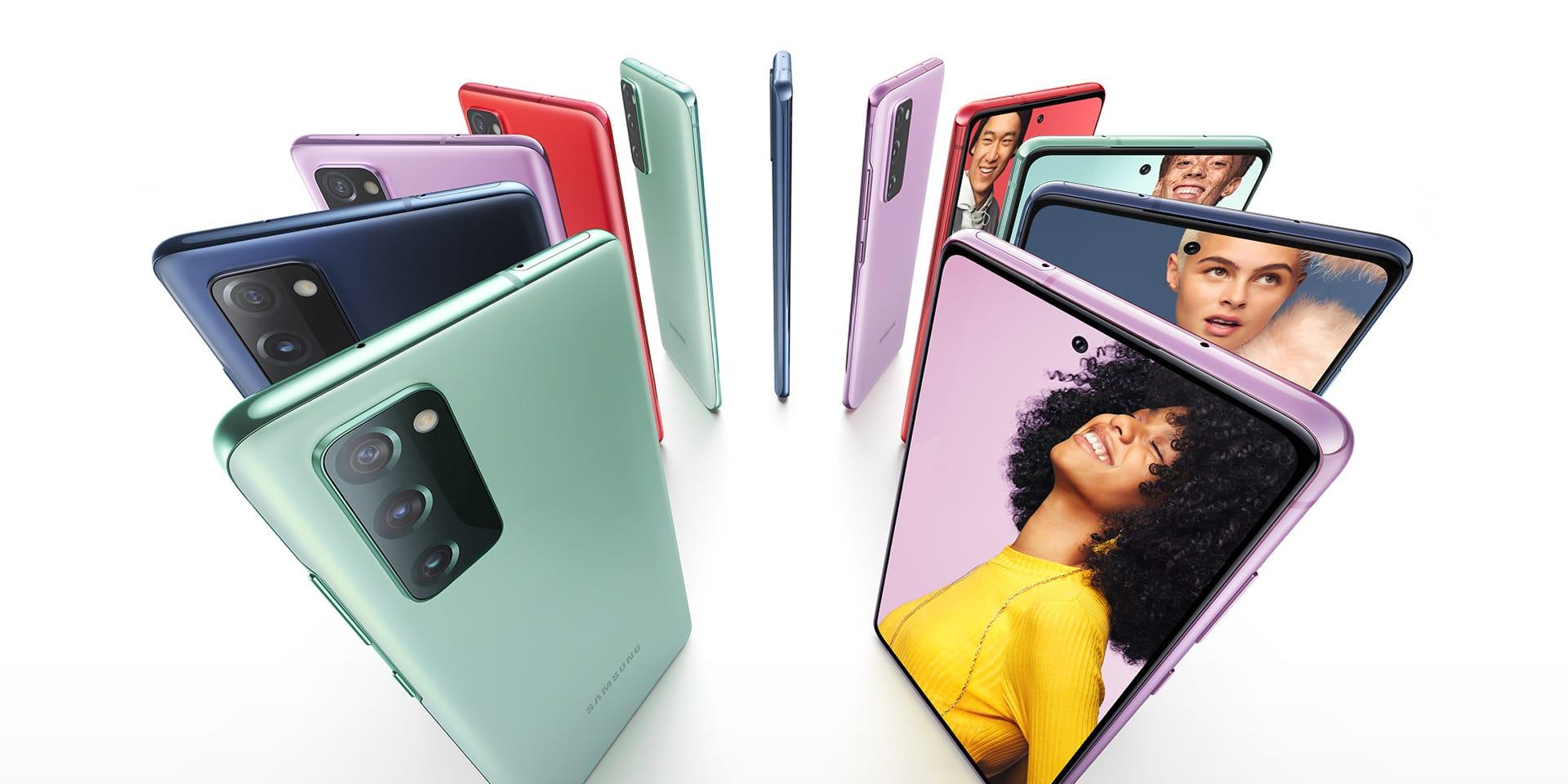 Once teléfonos GalaxyS20FE puestos en posición vertical formando un círculo y alternando los colores Cloud Navy, Cloud Red, Cloud Lavender, y Cloud Mint. Algunos se ven desde la parte posterior y otros, desde el frente, con fotos de personas en las pantallas. Cada persona tiene un fondo de color que coincide con el color del teléfono.