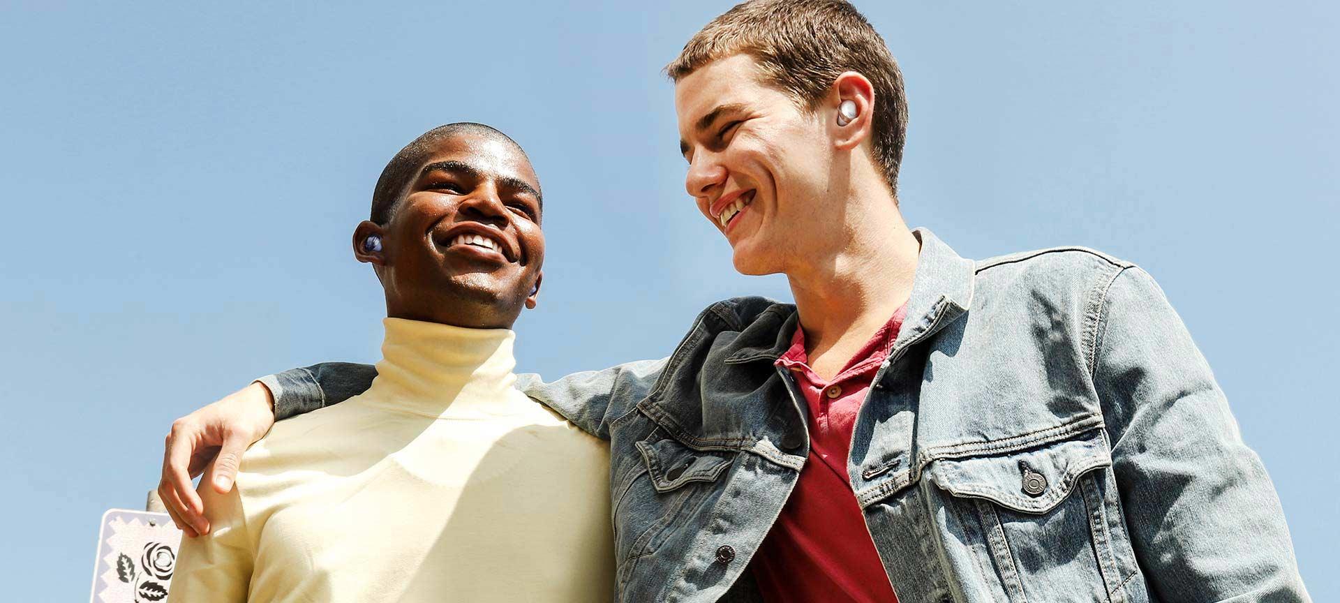 Dva muškarca, obojica nose Galaxy Buds Pro, slušaju isti audio-snimak preko Buds Together opcije.