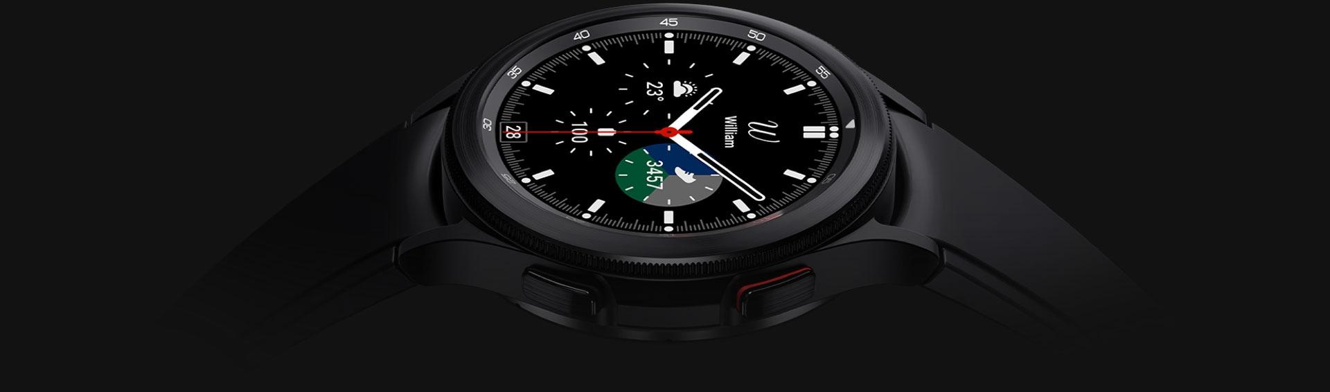 تصميم الشاشة الرئيسية للساعة Galaxy Watch4 Classic باللون أسود متجه لأعلى ويظهر الوقت.