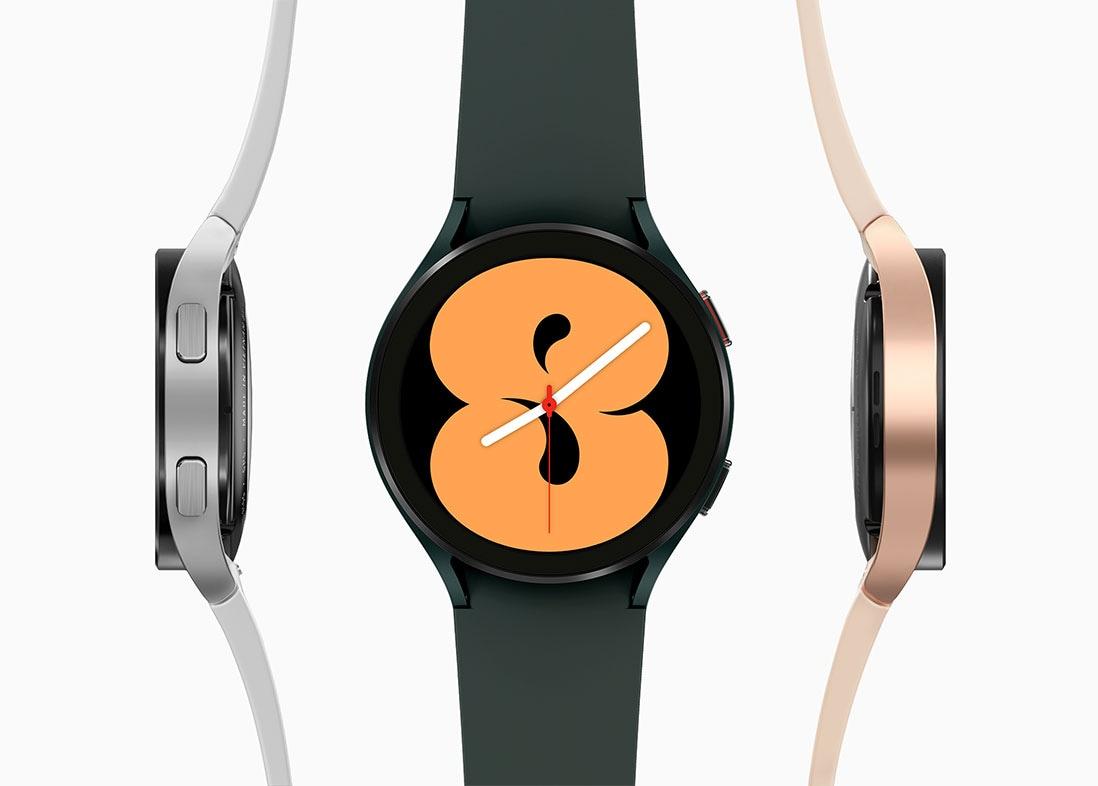 هناك ثلاث ساعات Galaxy Watch4. الساعة الوسطي باللون الأخضر وتعرض شاشتها الرئيسية الرقم ثمانية. وعلى اليسار توجد ساعة Galaxy Watch4 فضية اللون وتظهر جانب الزر. وعلى اليمين توجد ساعة Galaxy Watch4 باللون الذهبي الزهري تظهر الجانب الآخر.