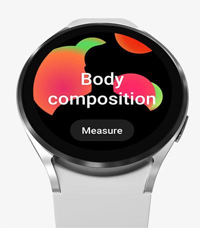 يظهر الجزء الأمامي من تصميم الشاشة الرئيسية لساعة Galaxy Watch4 مع تشغيل ميزة Body Composition، في انتظار قياسها.