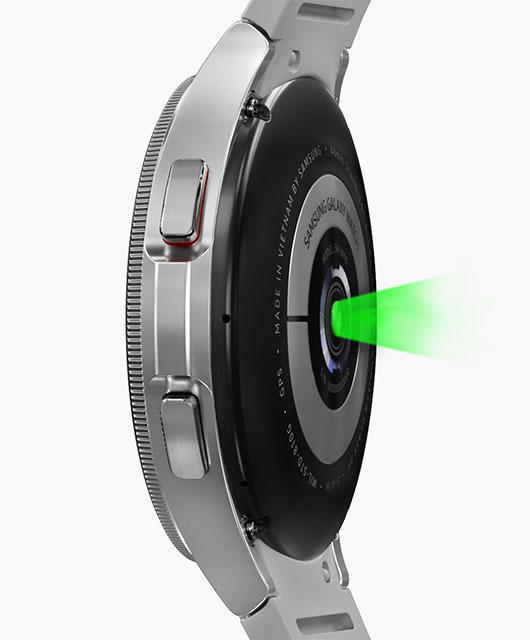 Se destaca la parte inferior del sensor del dispositivo Galaxy Watch4 Classic que mide la presión arterial, seguido del sensor que mide el ECG.
