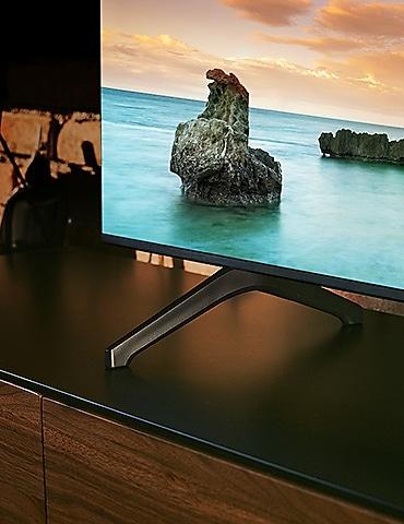 Um homem está assistindo TV.