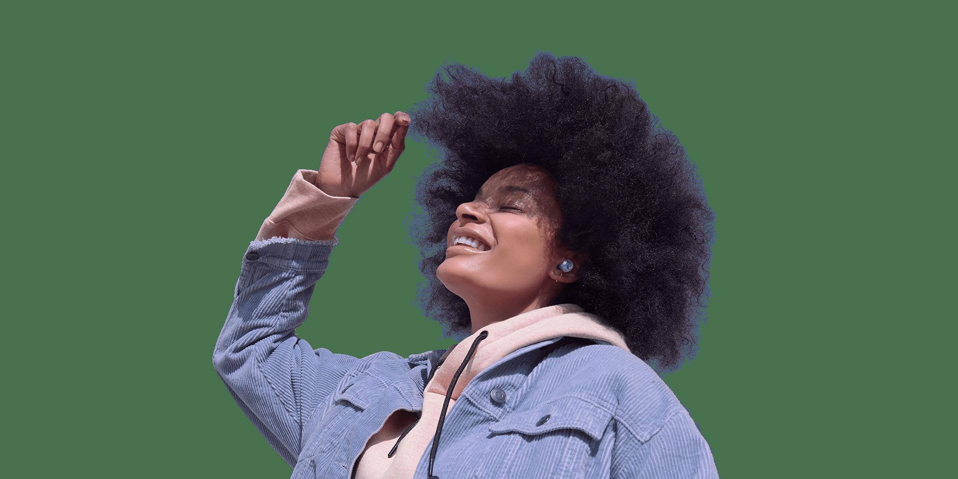 Una mujer usa unos Galaxy Buds Pro. Baila y disfruta la música que escucha. Aparecen anillos a su alrededor que se expanden hasta que el fondo está bloqueado. Eso representa el bloqueo de sonido que brinda la cancelación de ruido activa inteligente.