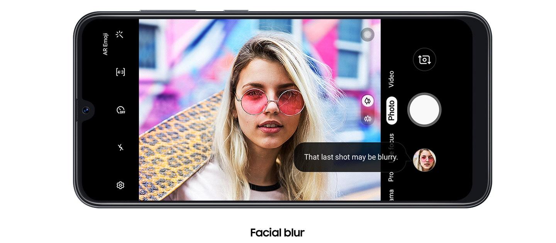 Na segunda delas, intitulada Facial Blur, a foto de uma mulher loira de óculos com lentes rosa e fundo embaçado está sendo exibida ao mesmo tempo que um aviso - em inglês - informa: