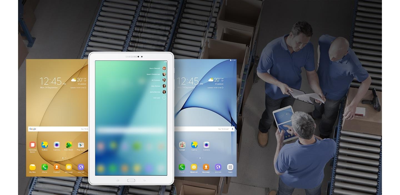 Samsung Galaxy Tab A com tela de mensagem. Em cada lado, uma tela com cor diferente, vista de cima. Ao fundo, uma imagem de linha de produção, onde um homem está com o Galaxy Tab A na mão e outros dois conversam ao lado de caixas