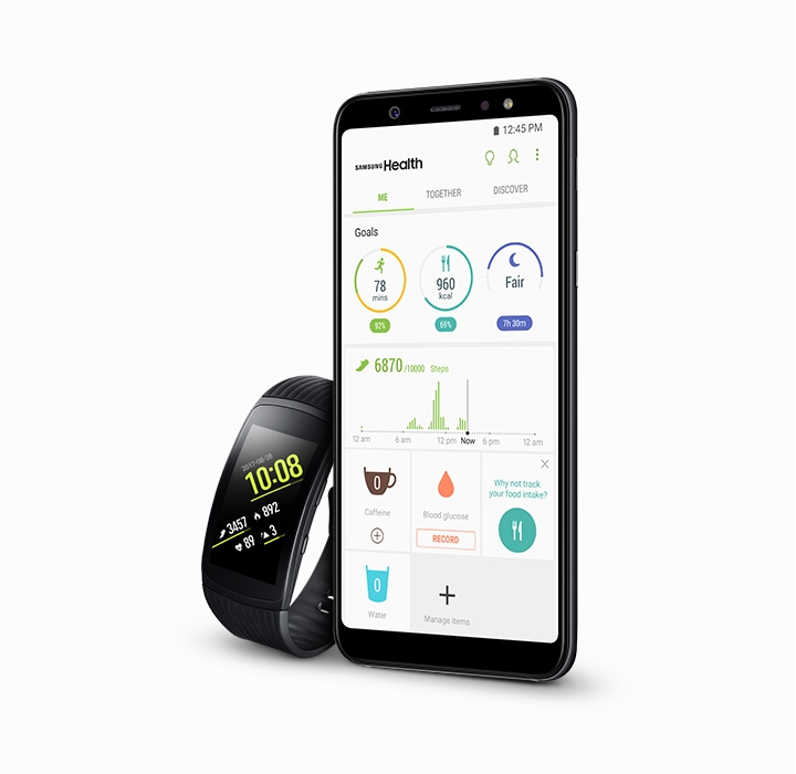 Tela do Galaxy A6+ na aba Samsung Health. Ao lado do smartphone, o Gear Watch.