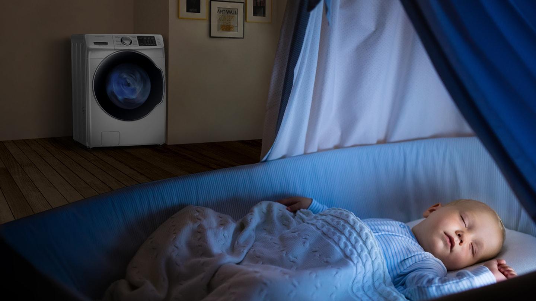 Máquina de lavar WD7500NK operando no mesmo cômodo onde um bebê dorme em um berço.