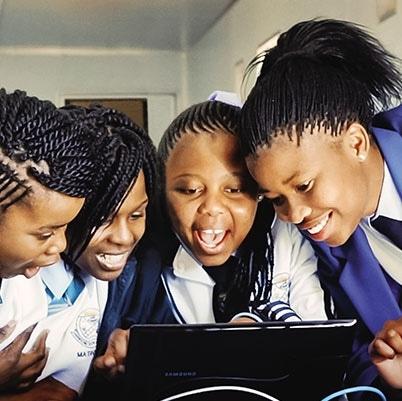 向非洲弱势青年群体介绍互联网...