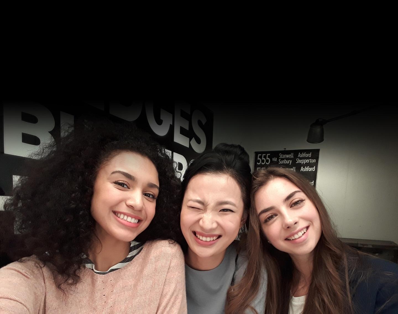 Image d'un selfie de trois femmes pris dans des conditions de faible luminosité pour montrer la fonction photo de pointe du Galaxy A3 (2017).