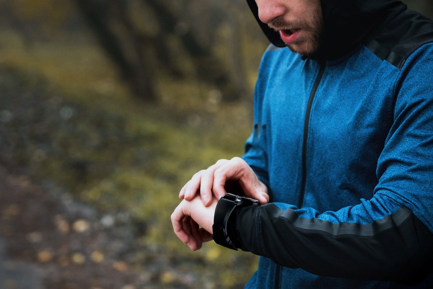 Man outdoors speaking to Gear S3 on wrist