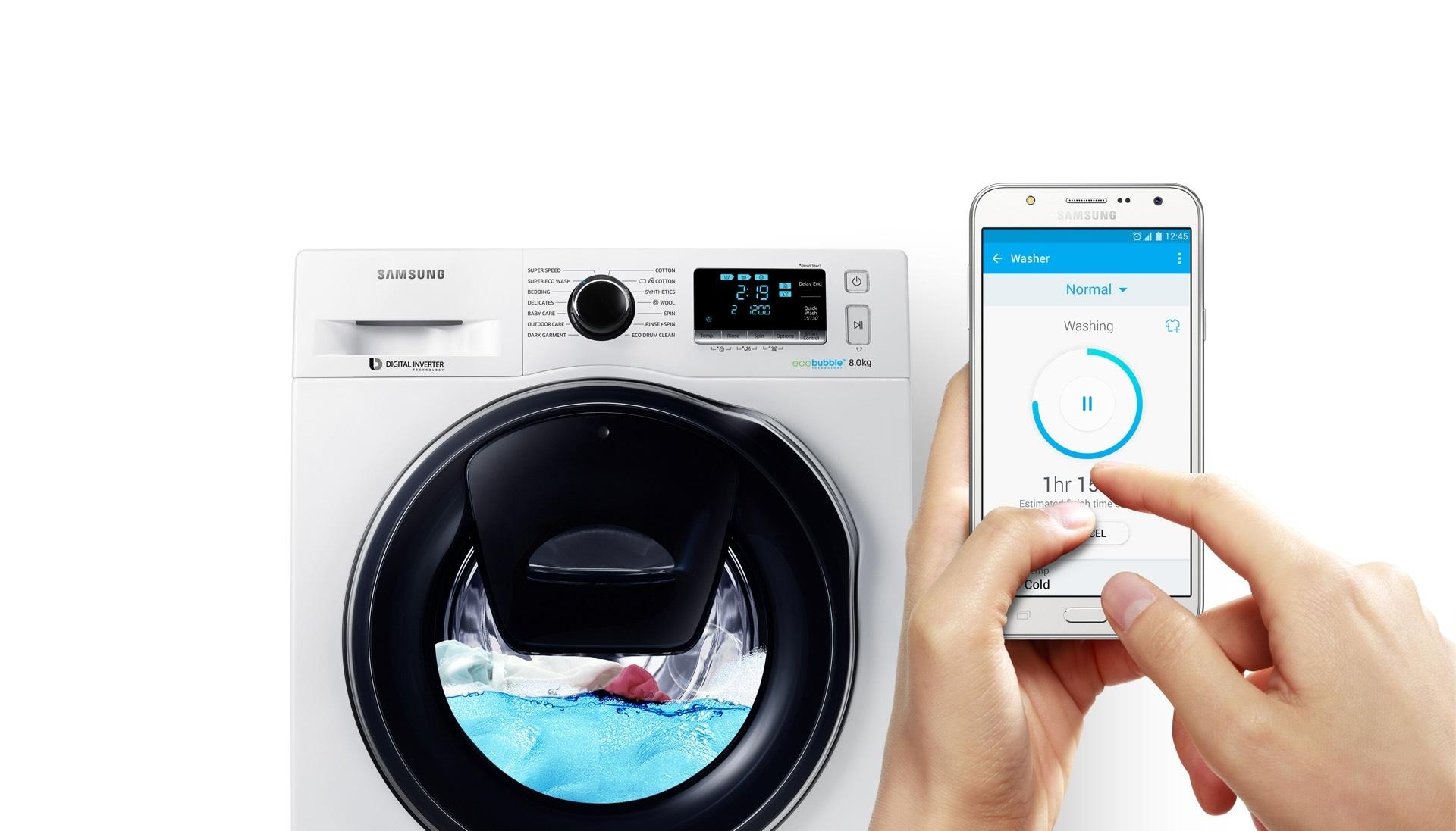 Χρήστης διακόπτει τη λειτουργία του WW6500 στο μέσο ενός κύκλου πλύσης, χρησιμοποιώντας τη λειτουργία Smart Control μέσω της εφαρμογής που έχει εγκαταστήσει στο Smartphone του.