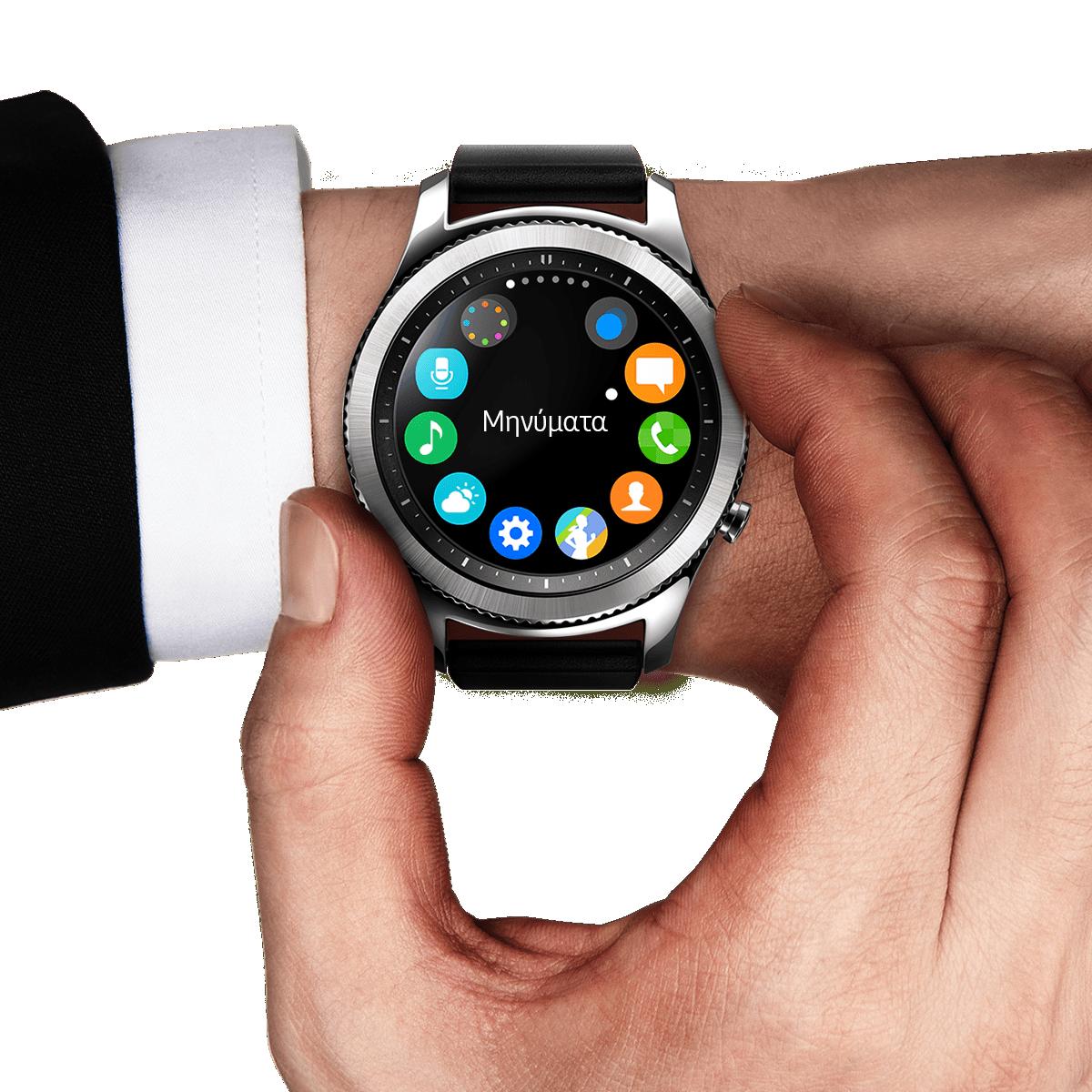 Το Gear S3 Classic στον καρπό ενός άντρα