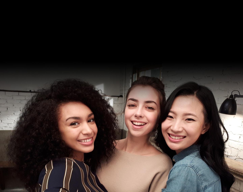 Imagen selfie de tres mujeres tomada con poca luz para mostrar la funcionalidad avanzada de la cámara del Galaxy A5 (2017).