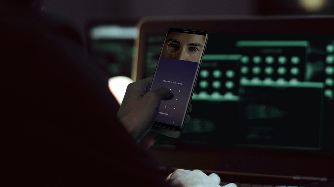 Image of person in a low light situation holding Galaxy S9 or S9+ displaying Intelligent Scan GUI