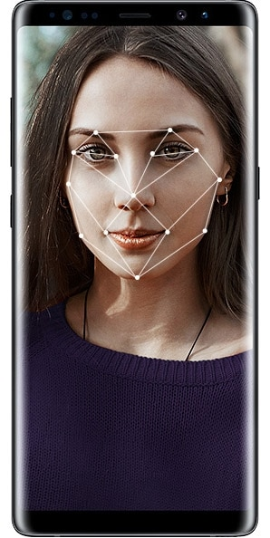 Image of a woman using the Face Recognition feature on the Galaxy Note8