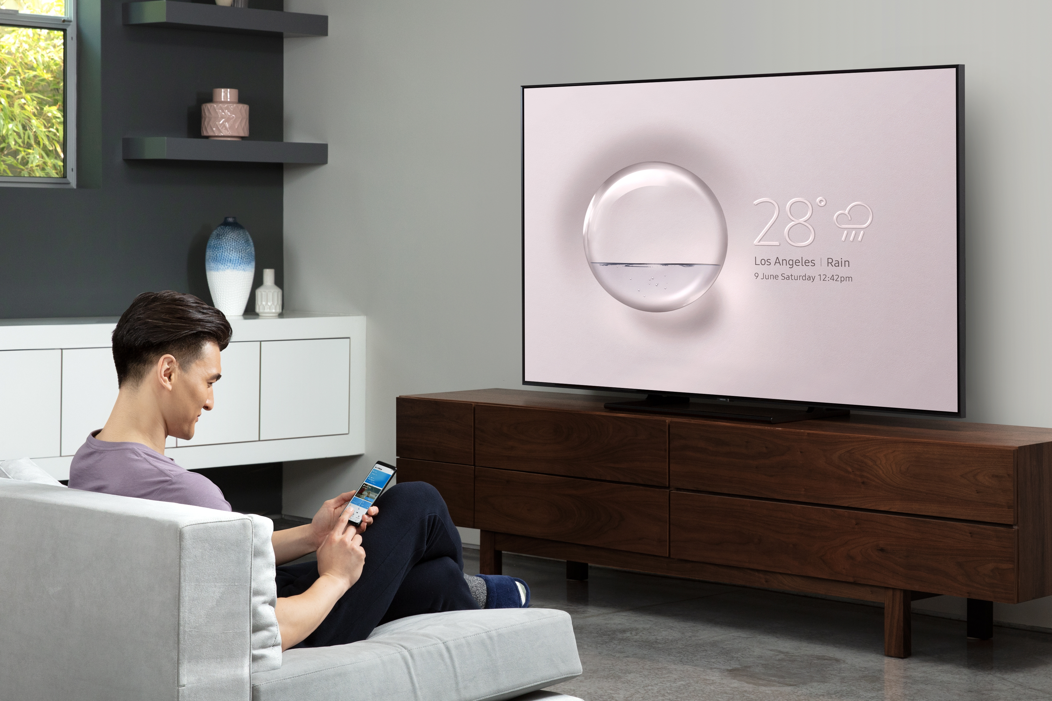 Enjoy watching shows or movies on different devices from anywhere in the house. Connect your smart devices to see mobile content on the big TV in the living room, and keep on watching even on the refrigerator in the kitchen.