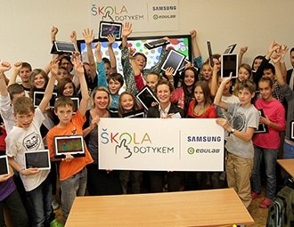 This is a group of students who have completed SKOLA DOWNKEM raining.