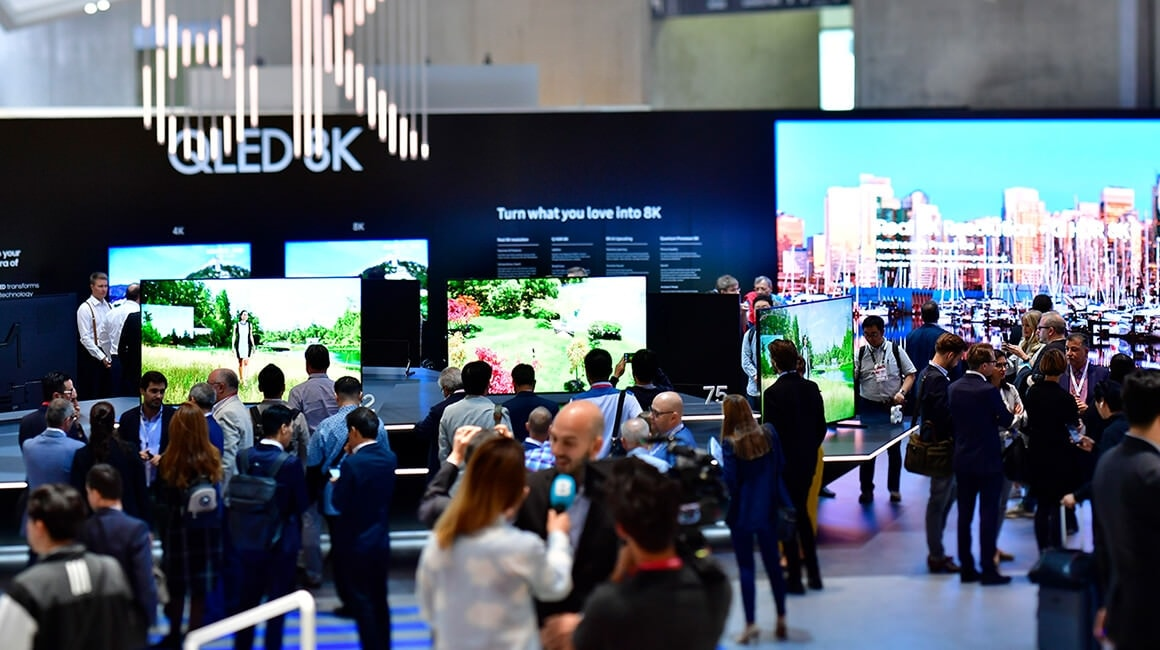 Right at the front of the visual display zone is a curved wall showcasing the QLED 8K, offering users the most advanced version of the current TV image on the market.