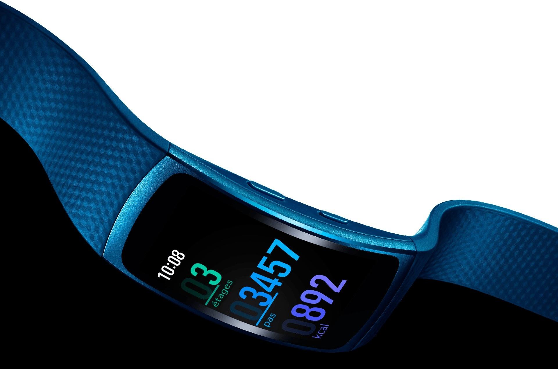 Gear Fit 2 en coloris bleu avec l'écran tourné vers le bas, montrant comme le bracelet et léger et souple