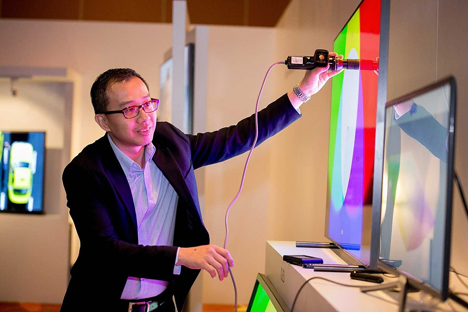 A Portrait Displays expert explains the autocalibration feature for 2017 Samsung QLED TVs at the recent launching event in Paris, France