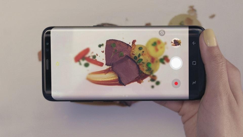 תמונה ממוזערת של דמות המצלמת מזון פשוט במצב מזון