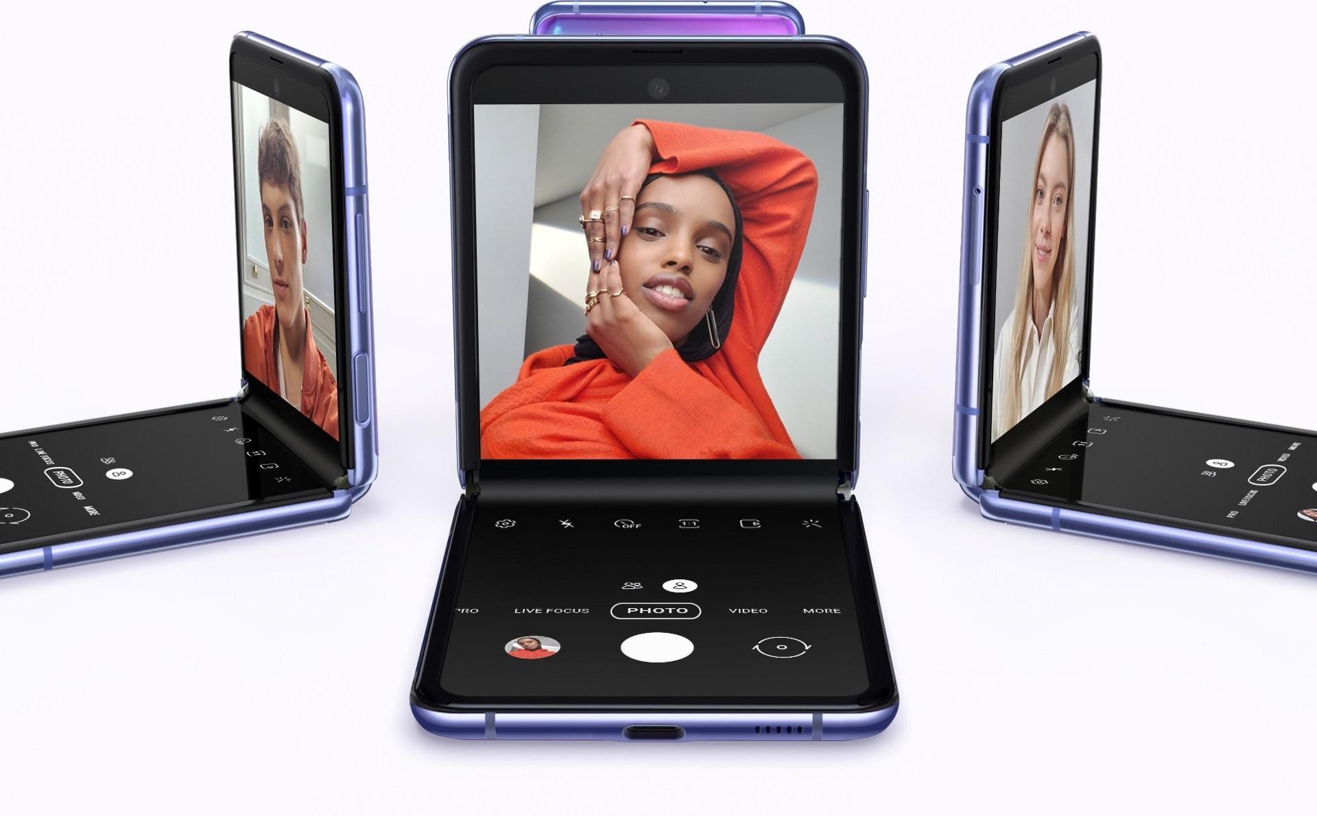 Quattro Galaxy Z Flip in versione Mirror Purple posizionati in cerchio con varie angolazioni. Uno mostra il selfie di un uomo, un altro mostra il selfie di una donna e un altro mostra il selfie di un'altra donna.
