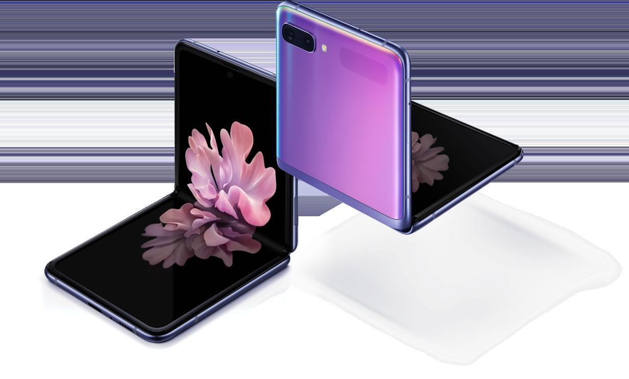 Due Galaxy Z Flip Mirror Purple visto con un'angolazione di tre quarti, uno dal davanti e uno visto da dietro. Entrambi piegati con l'angolazione giusta grazie alla modalità Flex. Quello visto da davanti ha uno sfondo di un fiore che sta sbocciando.