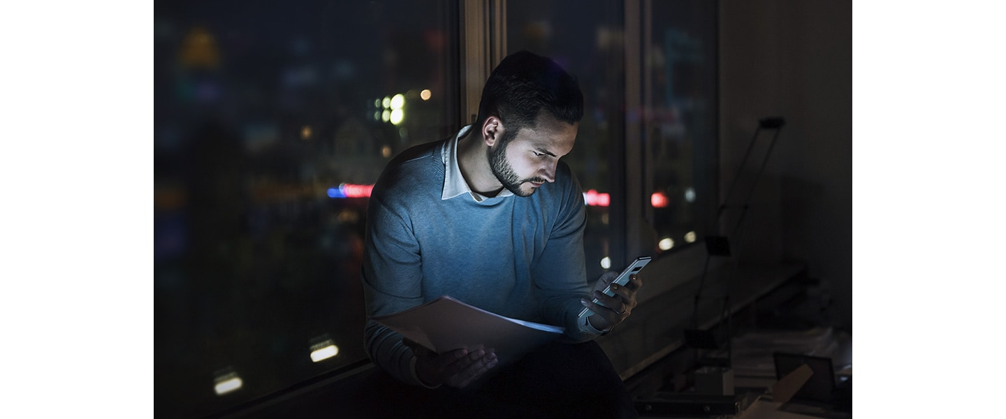 Image of a man working at night with the Galaxy S10 plus.
