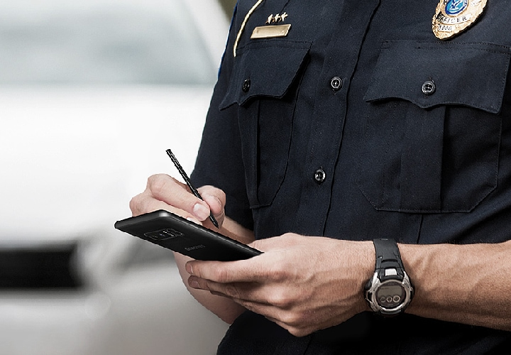 Image of a police officer using the Galaxy Note8 and the S Pen outside