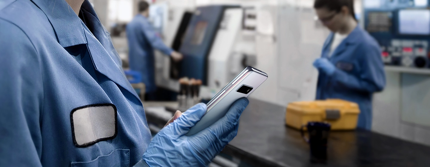 Image of a manufacturing worker using Galaxy S10 plus in the factory while wearing gloves.