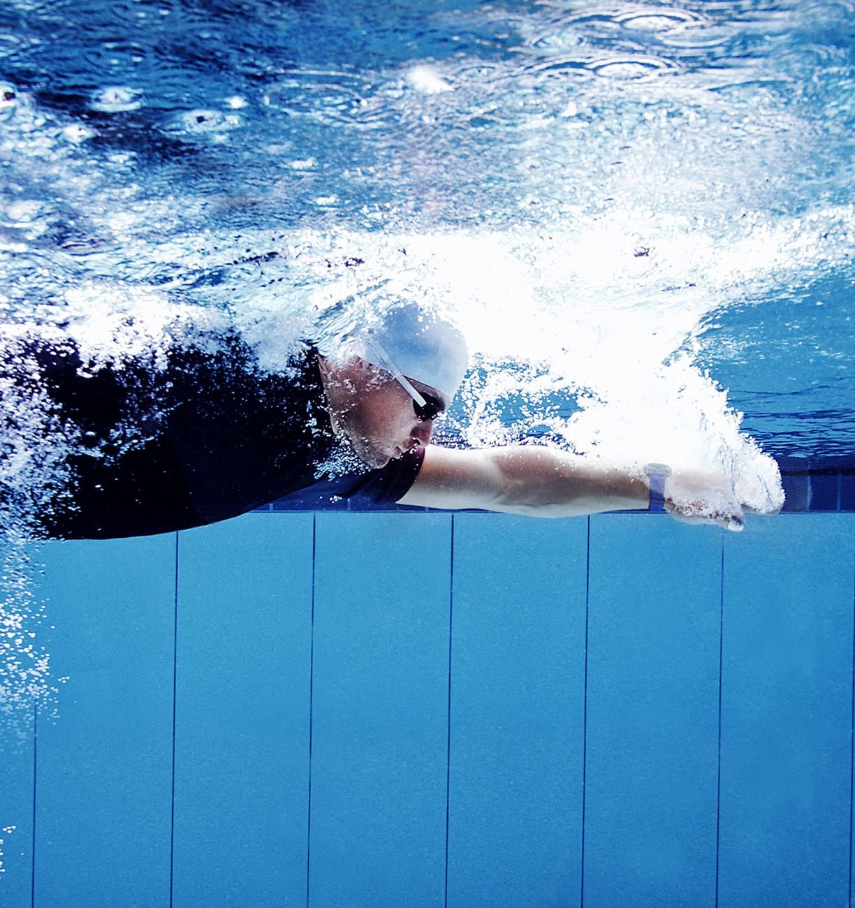Image of man swimming in pool while wearing the Gear Sport