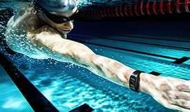 Miniatura de una persona que nada por debajo del agua mientras usa el reloj Gear Fit2 Pro