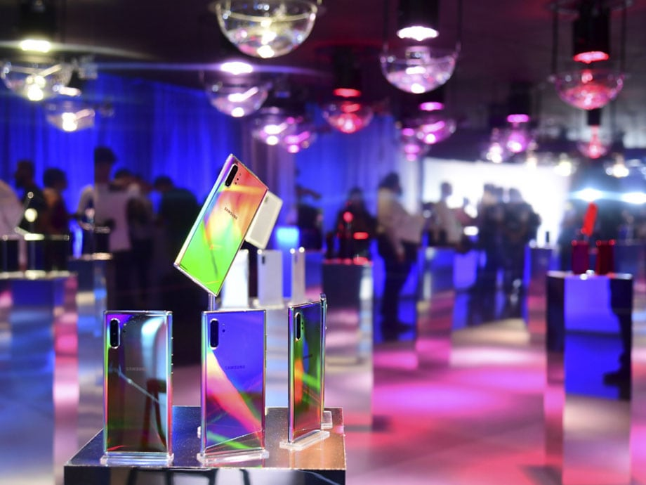 Several Galaxy Note10 Smartphones displayed in a showroom.
