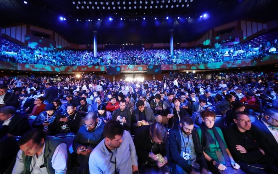 Image depicting hundreds of people visiting the Samsung Unpacked event in August 2019.