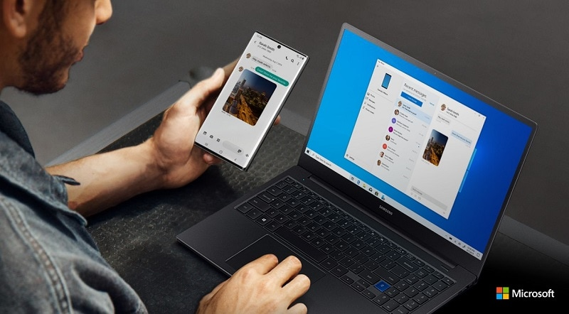 Image of a man viewing the same screen on a Note10 device and Windows simultaneously