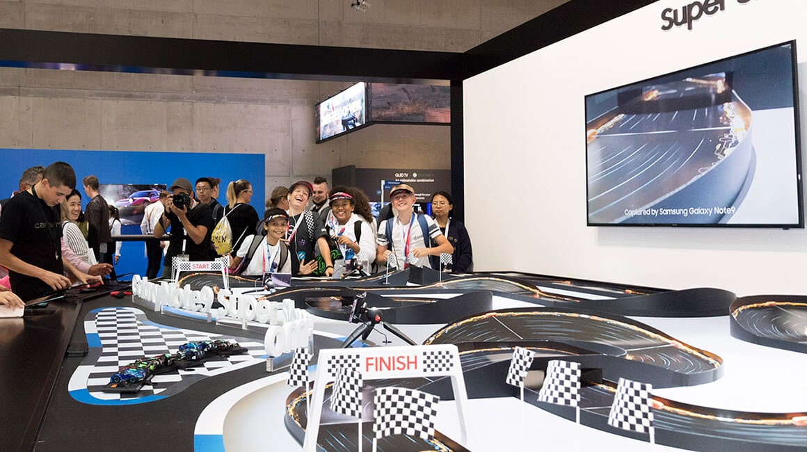 Attendees can choose an RC Car from the extensive line-up on offer, race them using the Note9 and utilize Super Slow-mo to fully capture and enjoy the dynamic scene.