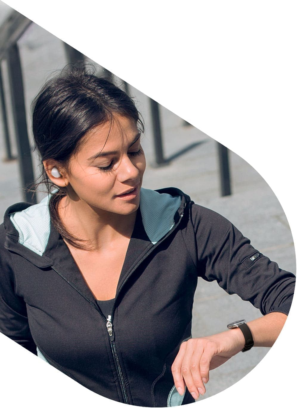 A woman out on a run takes an incoming phone call on a black Galaxy Watch active2 on her wrist, followed by another woman who uses a Galaxy Watch active2 in pink on her wrist to listen to music while engaged in outdoor activities.