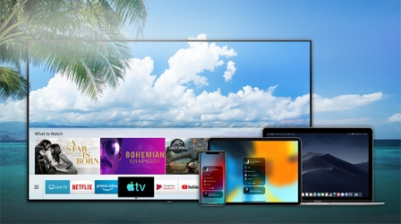 Samsung Smart TV:n kanssa näkyvissä iPhone, iPad ja Macbook. Samsung Smart TV:n käyttöliittymässä on Apple TV -sovellus, joten Samsung Smart TV:n kautta voi nauttia monenlaisesta sisällöstä. AirPlay 2 tuo videosisältöä ja valokuvia Samsung Smart TV:lle Apple-laitteilta, kuten iPhone, iPad ja Macbook.