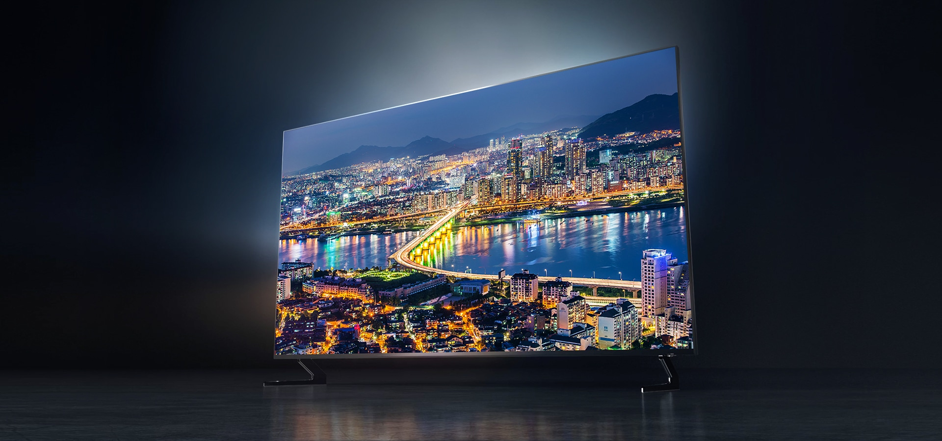 Right Perspective view of Samsung's latest TV, the 2019 new Samsung QLED Q900R with a clear city view onscreen on TV.