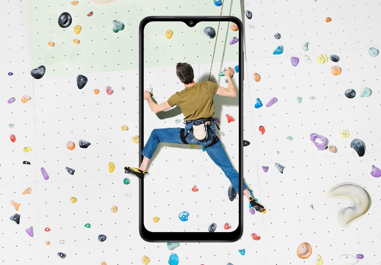 Un gars grimpant en mouvement capturé sur l'écran du Galaxy A12, utilisant la fonction d'affichage Infinity-V de 6,5 pouces.