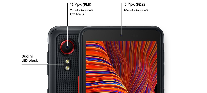 Dva Galaxy XCover 5 v černé barvě stojí vedle sebe, mírně se překrývající, jeden při pohledu zezadu a druhý zepředu. Ten při pohledu zezadu ukazuje F1,8 16MP zadní kameru (Live Focus) a duální LED blesk. Na druhé přední straně je přední fotoaparát F2.2 5MP.