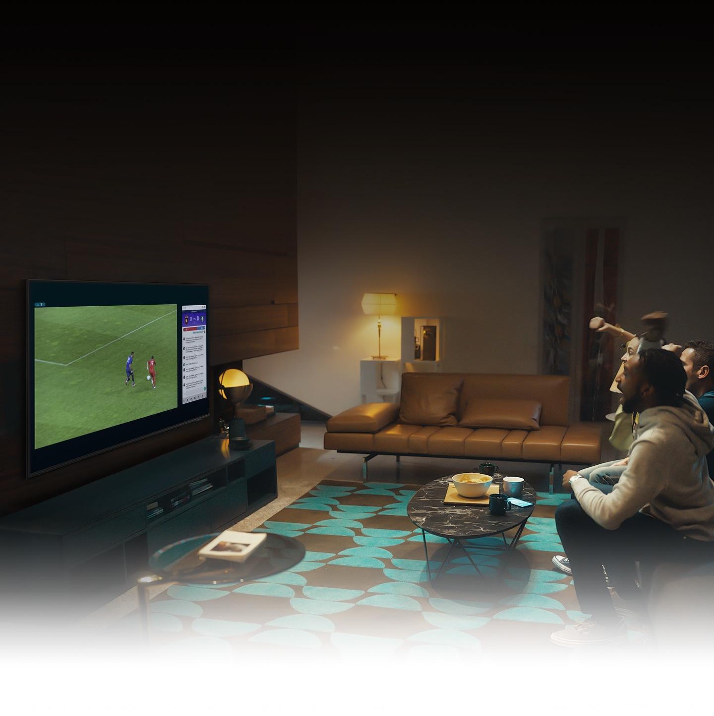 Skupina lidí používá funkci QLED TV Multi view, aby si užila fotbalový zápas a zobrazila informace o hře současně na stejné obrazovce.