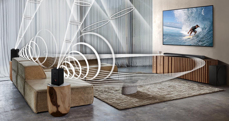 Grafika Soundwave se přehrává ze sady Samsung Wireless Rear Speaker Kit a Soundbar, což demonstruje funkci bezdrátového prostorového zvuku kompatibilní se soundbarem Samsung.