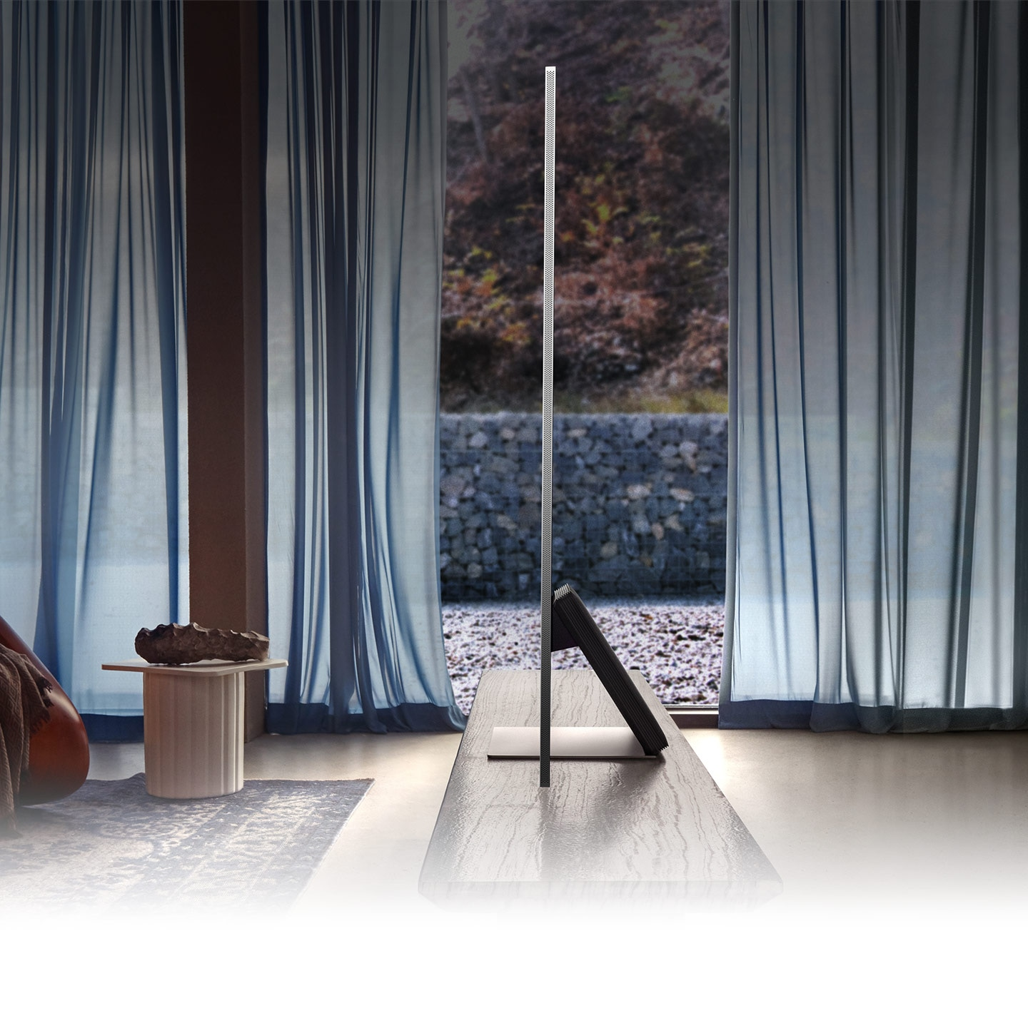 QLED TV, which is extremely thin, is placed in the living room on the side.