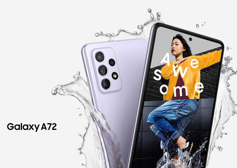 Zwei Galaxy A72 Smartphones in Awesome Violet sind aufgefächert zu sehen. Ein Smartphone ist von hinten zu sehen, um die hintere Kamera zu zeigen. Eines ist von vorne zu sehen und auf dem Display wird eine Collage eines Frauenkopfes, einer Person in einem gelben Mantel und einer anderen Person, die springt, sowie das Wort Awesome gezeigt. Wasser spritzt auf die Smartphones.