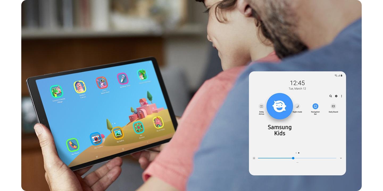 Un niño pequeño se sienta con sus padres y sonríe ante su Galaxy Tab A7 Lite. La función de control de uso de los padres aparece en la parte inferior.